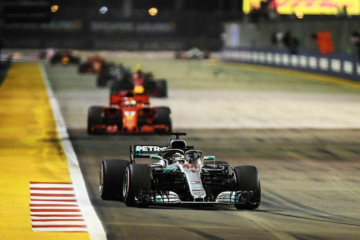 Lewis Hamilton með örugga forystu snemma í kappakstrinum í Singapúr.