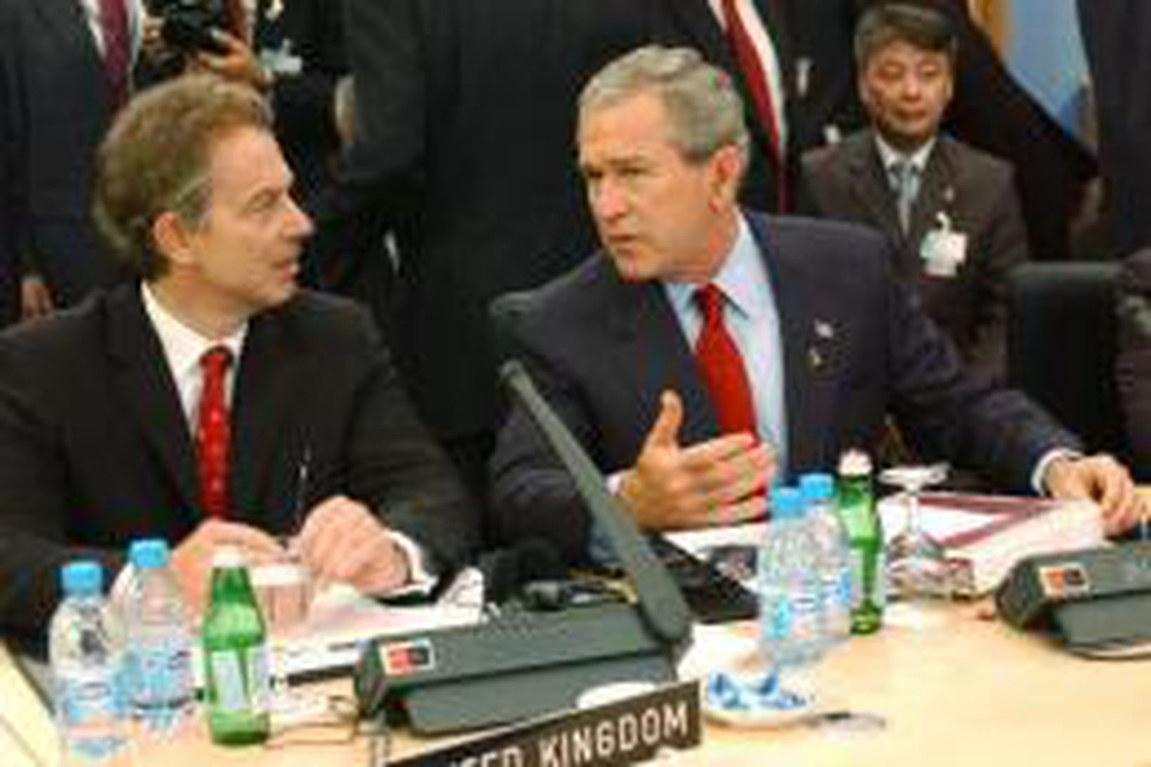 Tony Blair, t.v. ræðir við Bush Bandaríkjaforseta á nýliðinni ráðstefnu …