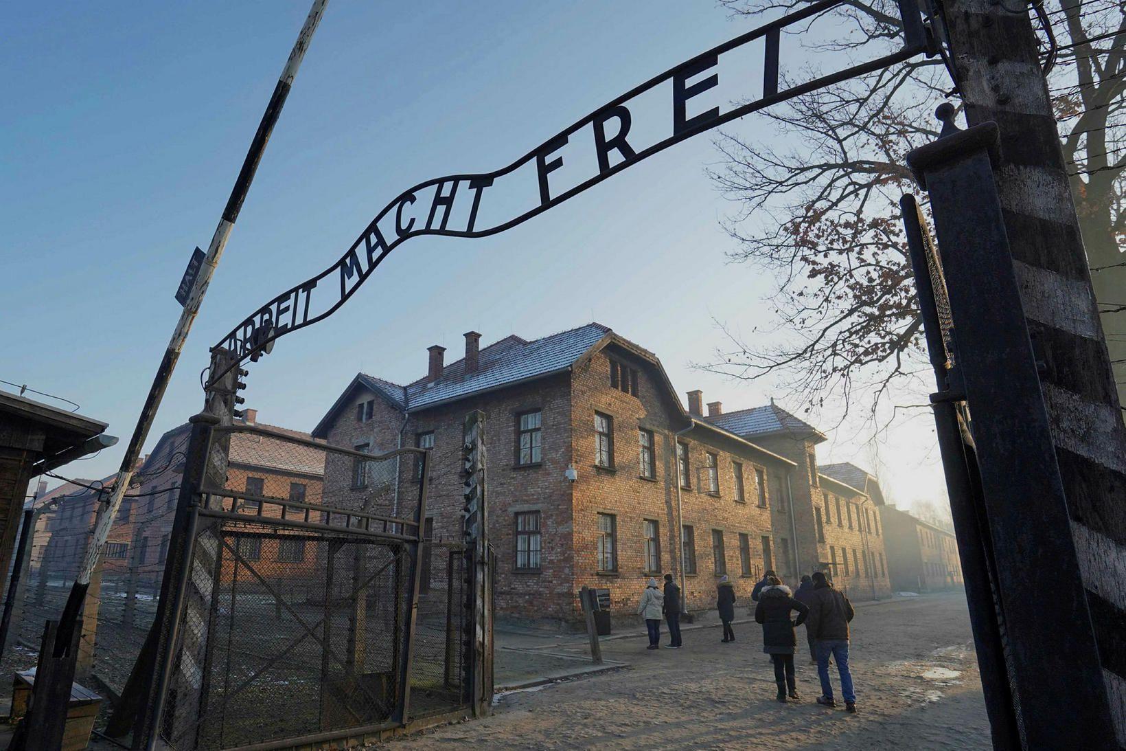 Hliðið að útrýmingarbúðum þýskra nasista í Auschwitz í Póllandi.