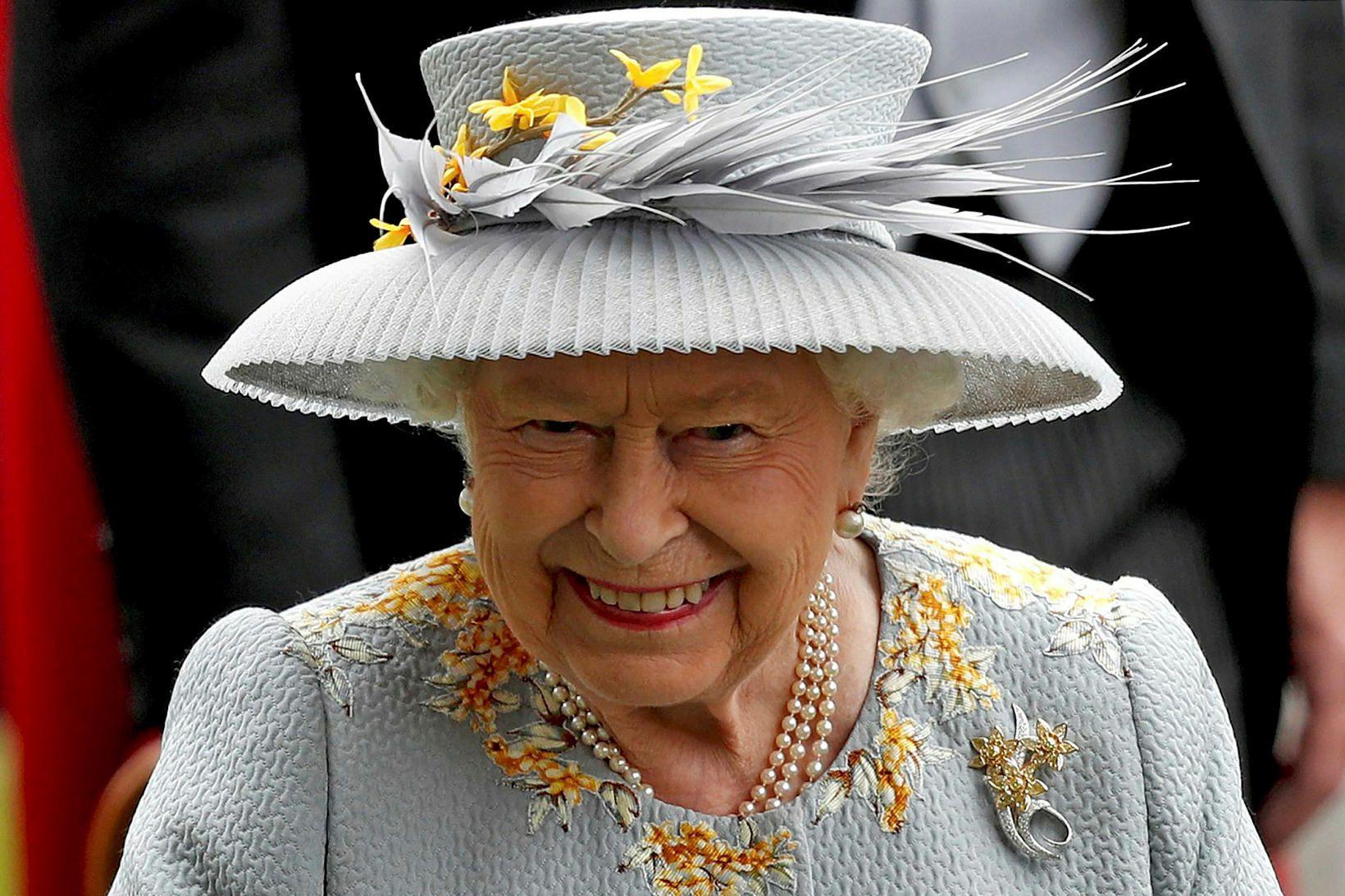 Elísabet Englandsdrottning er himinlifandi með nýjasta barnabarnið.