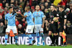 Leikmenn Manchester City voru pirraðir út í Michael Oliver á sunnudag.