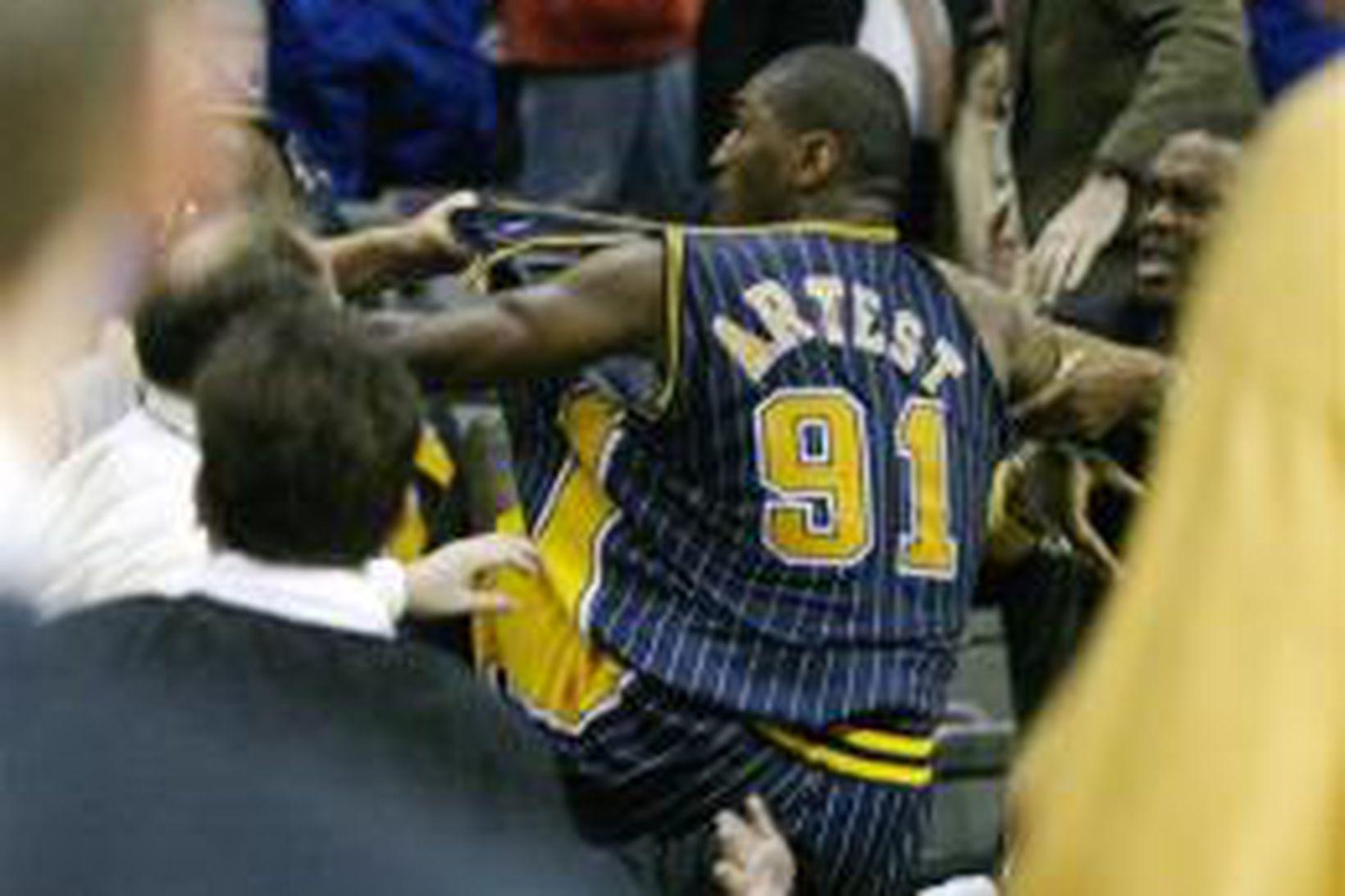 Ron Artest í stympingum við áhorfendur í Detroit.
