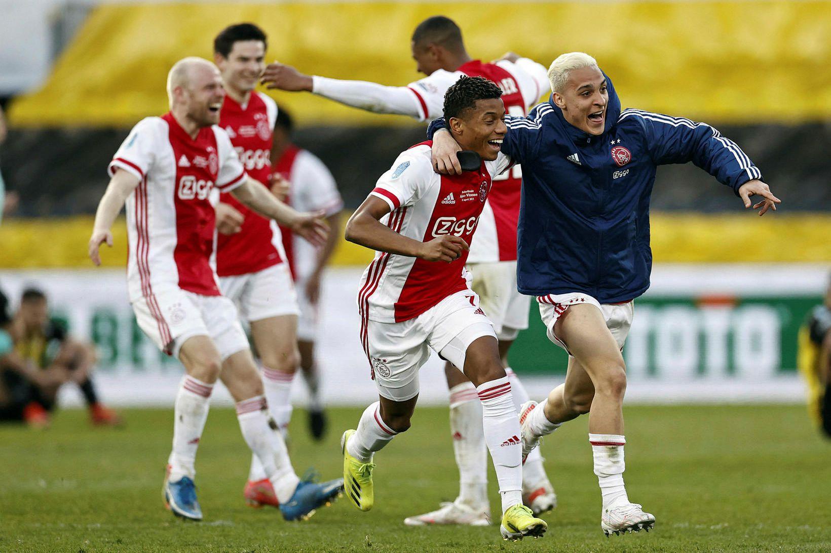 Leikmenn Ajax fögnuðu vel og innilega í Rotterdam í dag.