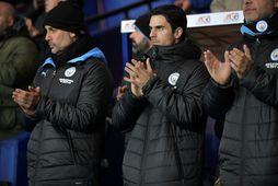 Pep Guardiola og Mikel Arteta á hliðarlínunni hjá Manchester City í desember..