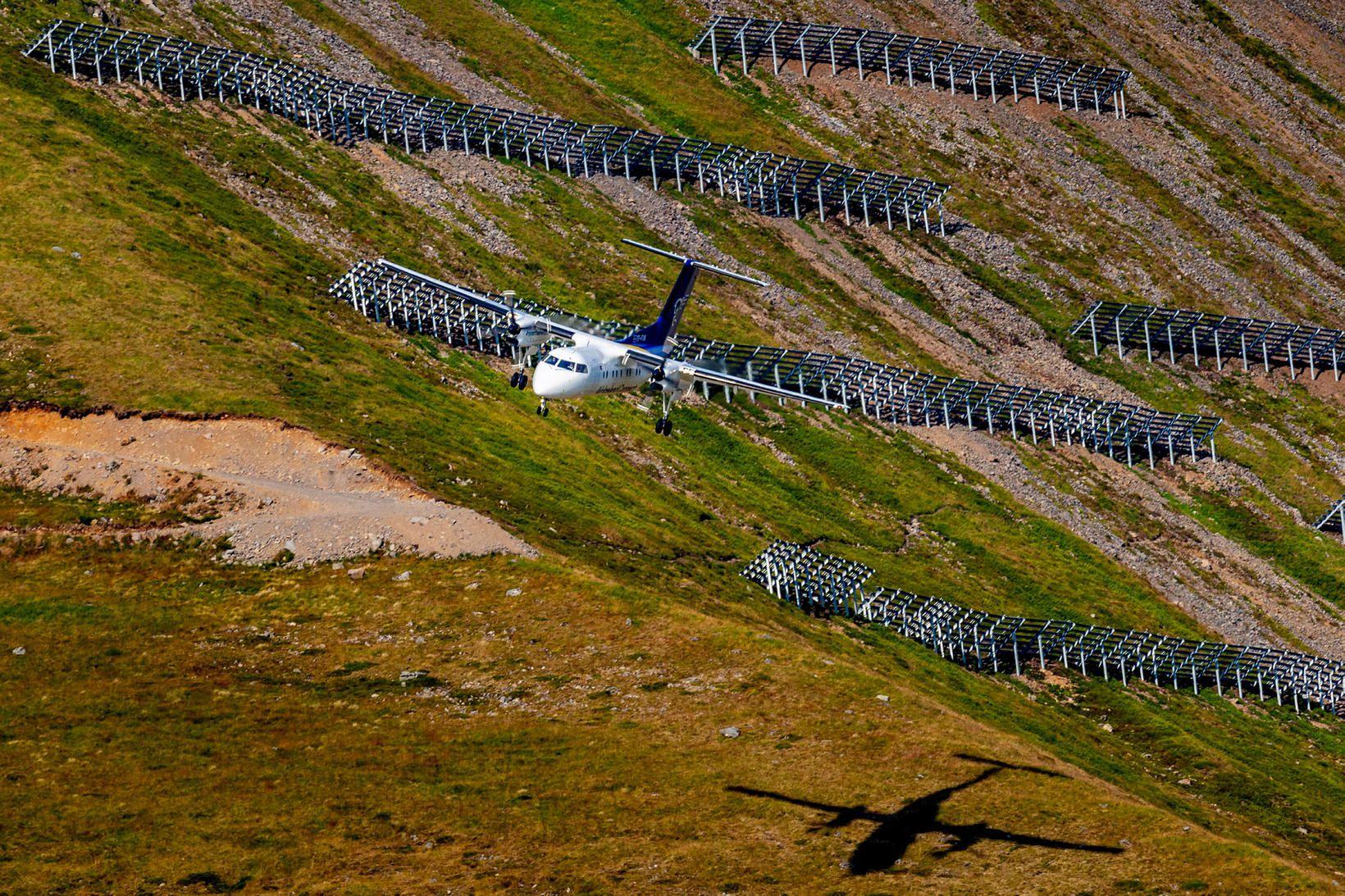Í aðflugi. Flugvél Air Iceland Connect kemur inn til lendingar …