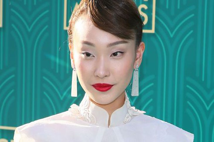 Leikkonan Constance Lau á frumsýningu kvikmyndarinnar í Hollywood. Hún skartar ...