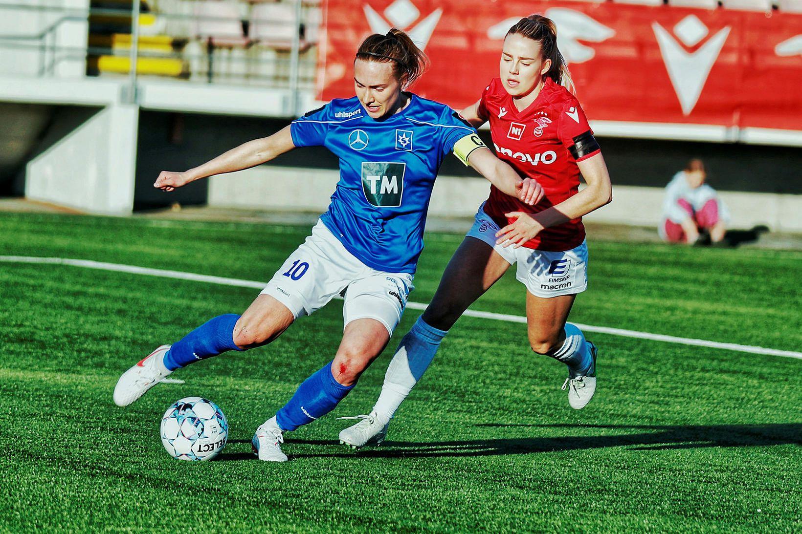 Anna María Baldursdóttir fyrirliði Stjörnunnar og Elín Metta Jensen í …