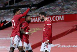 Marcus Rashford, Fred og Bruno Fernandes fagna marki þess síðastnefnda í bikarleik United og Liverpool …