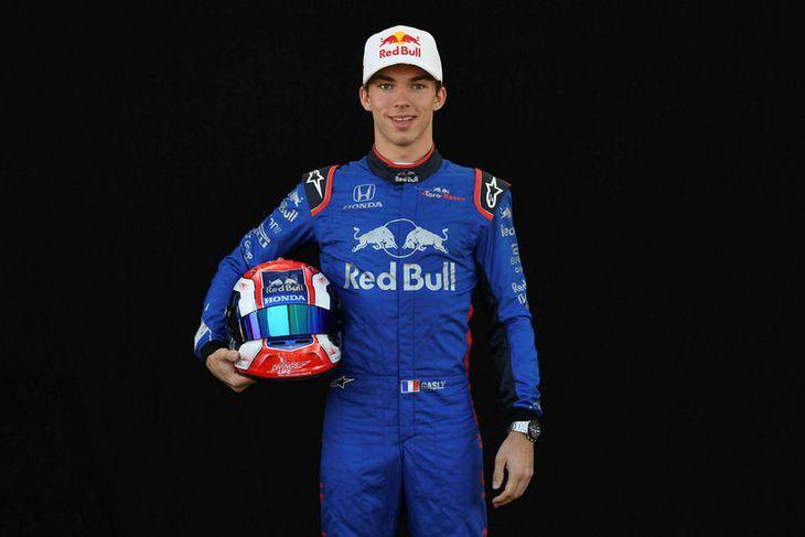 Pierre Gasly hjá Toro Rosso með hjálm sinn í Melbourne.