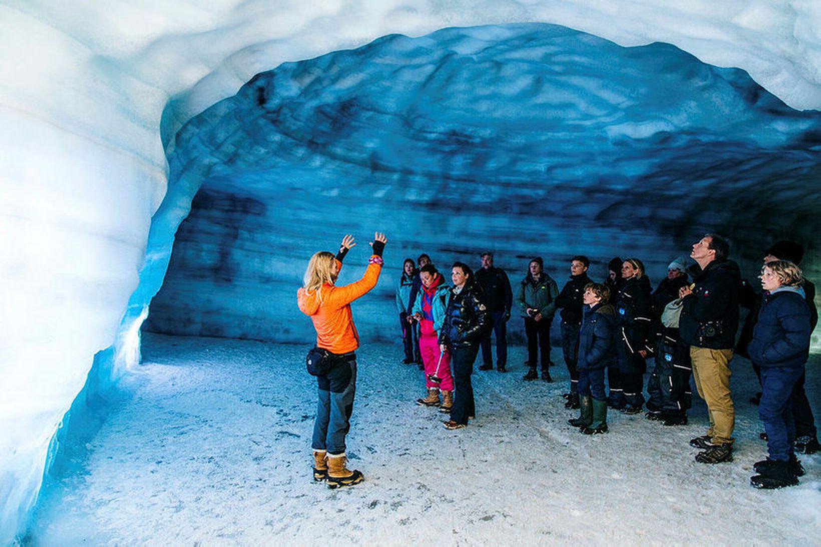 Into the Glacier býður upp á ferðir inn 800 metra …