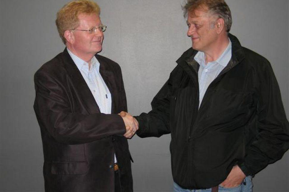 Skúli Eggert Þórðarson, ríkisskattstjóri og Jón Jósef Bjarnason, handsala sættir ...