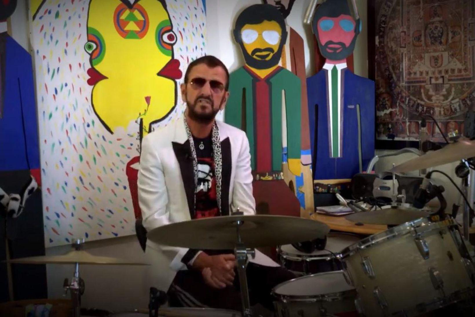 Ringo Starr boðar frið og ást eins og ávallt.