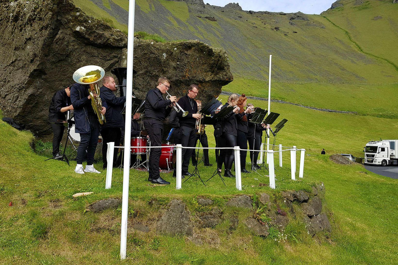 Lúðrasveit Vestmannaeyja var mætt til að létta lund þeirra sem …