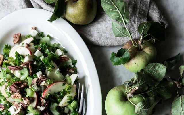 Algjör himnasending þetta salat með eplum og valhnetukjörnum.