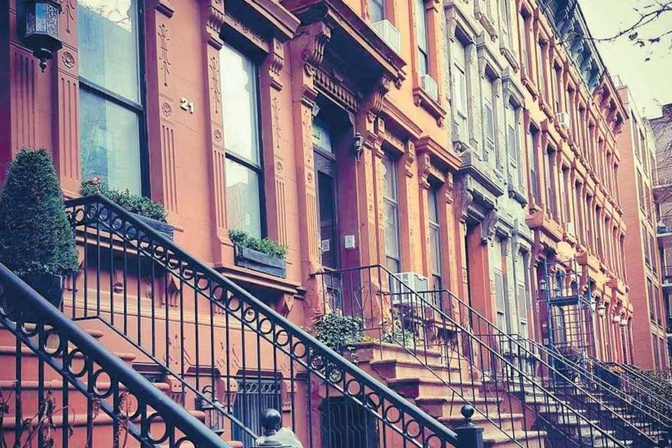 Í Harlem má finna fallegar götur þar sem múrsteinshús standa í röðum