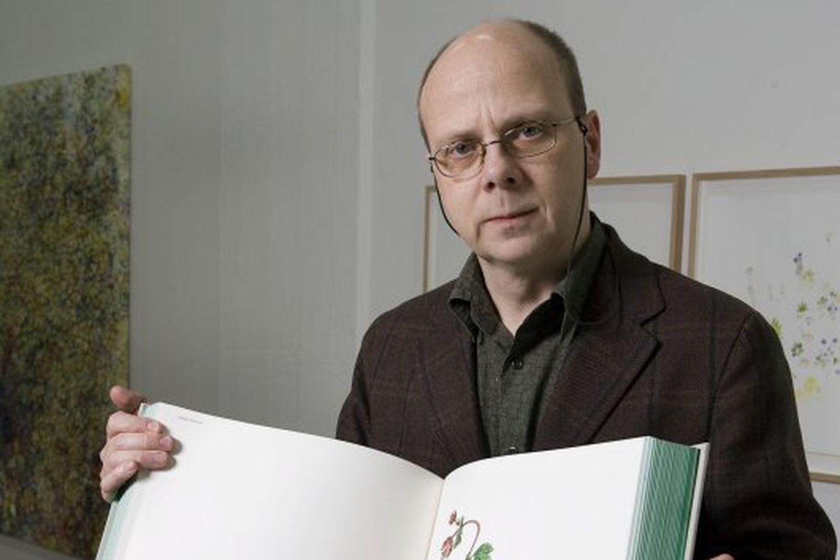 Eggert Pétursson með bókina.