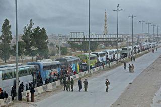 30 rútur fluttu 1580 manns til frá Ghouta til Idlib.
