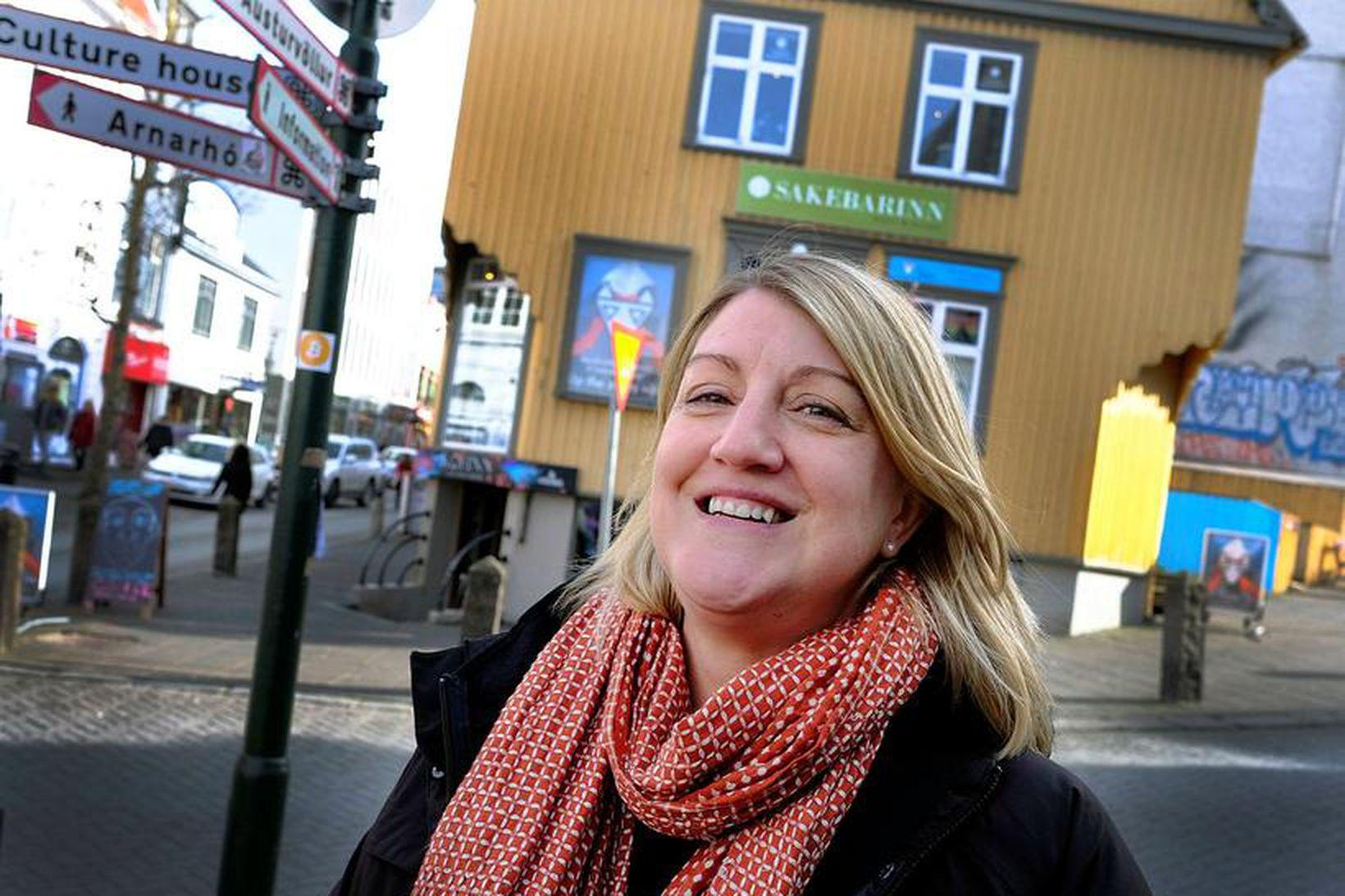 Carolyn Bain er áströlsk kona sem skrifar um Ísland fyrir …