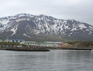 Árskógssandur í Eyjafirði er rétt norðan Akureyri. Þaðan siglir ferjan til Hríseyjar.