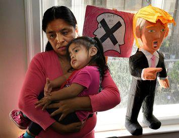 Mæðgurnar Lola Vargas og Athena frá Mexíkó eru í hópi hælisleitenda sem bíða þess að ...
