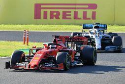 Sebastian Vettel (t.v.) og Lewis Hamilton glíma í kappakstrinum í Suzuka í morgun.