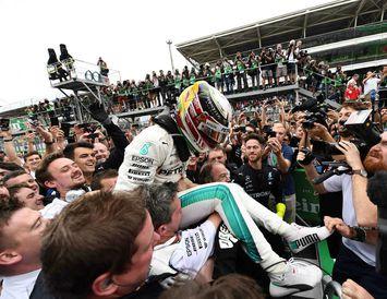 Mercedesmenn fögnuðu sigri Lewis Hamilton og heimsmeistaratitli liðanna.