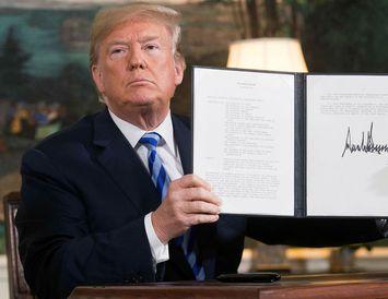 Donald Trump Bandaríkjaforseti heldur hér á forsetatilskipun þar sem allar fyrri refsiaðgerðir gegn Íran eru ...