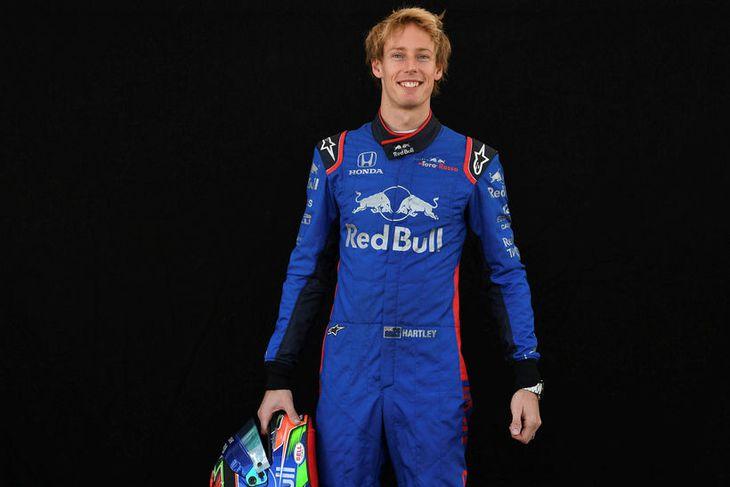 Brendon Hartley hjá Toro Rosso með hjálm sinn í Melbourne.