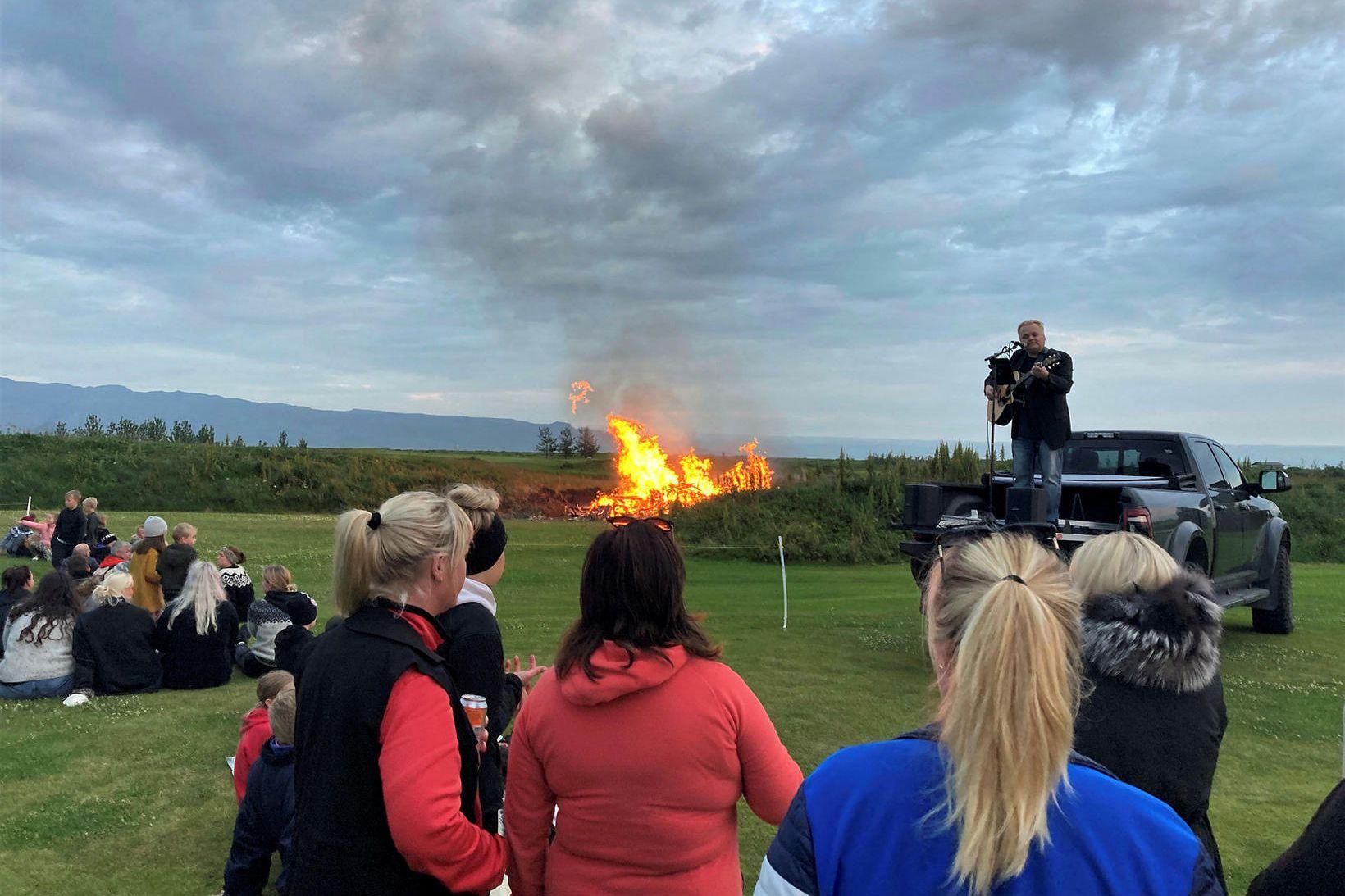 Mikil gleði var á Hellishólum yfir verslunarmannahelgina. Víðir Jóhannsson, ferðaþjónustubóndi …