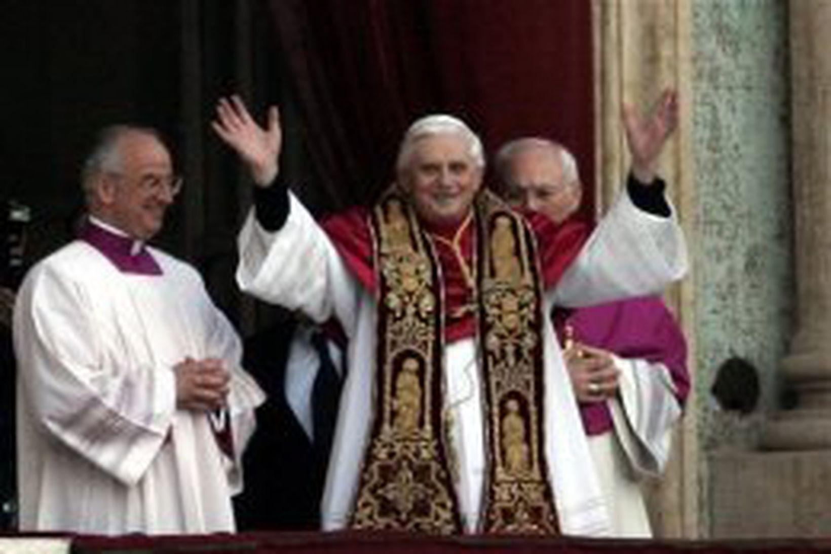 Joseph Ratzinger kemur út á svalir Péturskirkju eftir að hafa …