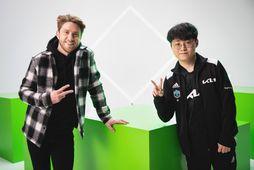 Kynnirinn James 'Dash' Patterson og ríkjandi heimsmeistari í League of Legends Heo 'ShowMaker' Su.