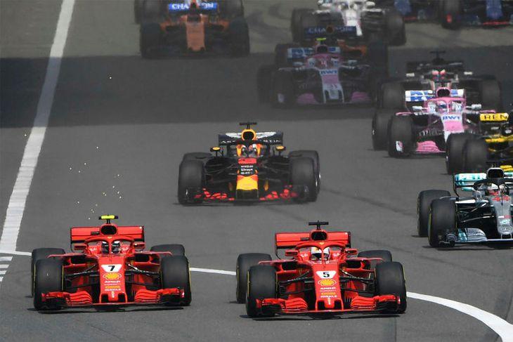 Frá ræsingunni í Sjanghæ. Fremstir fara bílar Ferrari, Vettel á undan, en í humátt á ...