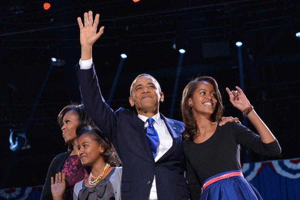 Barack Obama ávarpaði stuðningsmenn sína í Chicago. Með honum á myndinni eru Michelle, eiginkona hans …