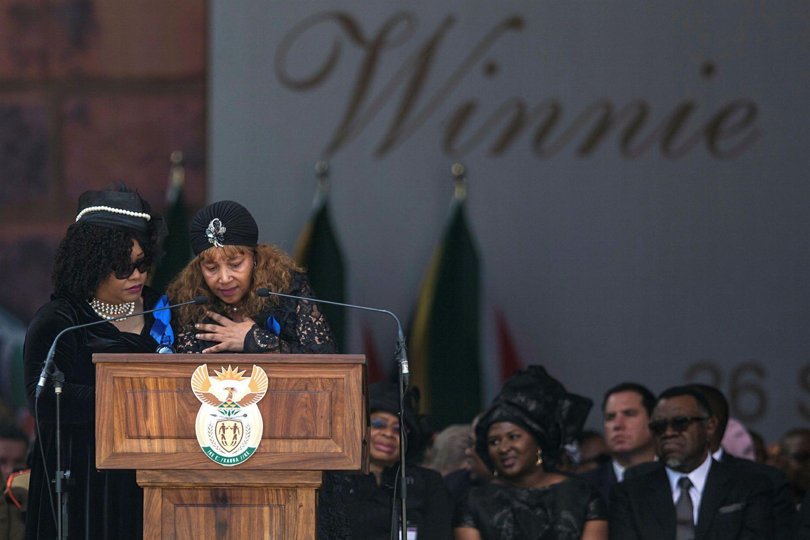 Zindzi Mandela er hér til vinstri ásamt Zenani Mandela-Dlamini systur …