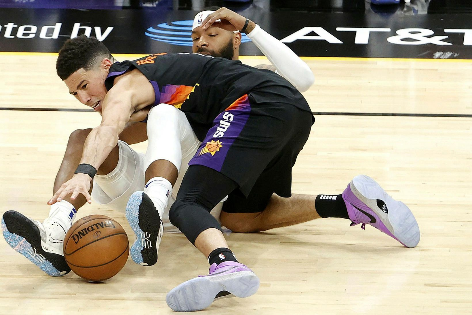 Devin Booker skoraði 40 stig fyrir Phoenix Suns og er …