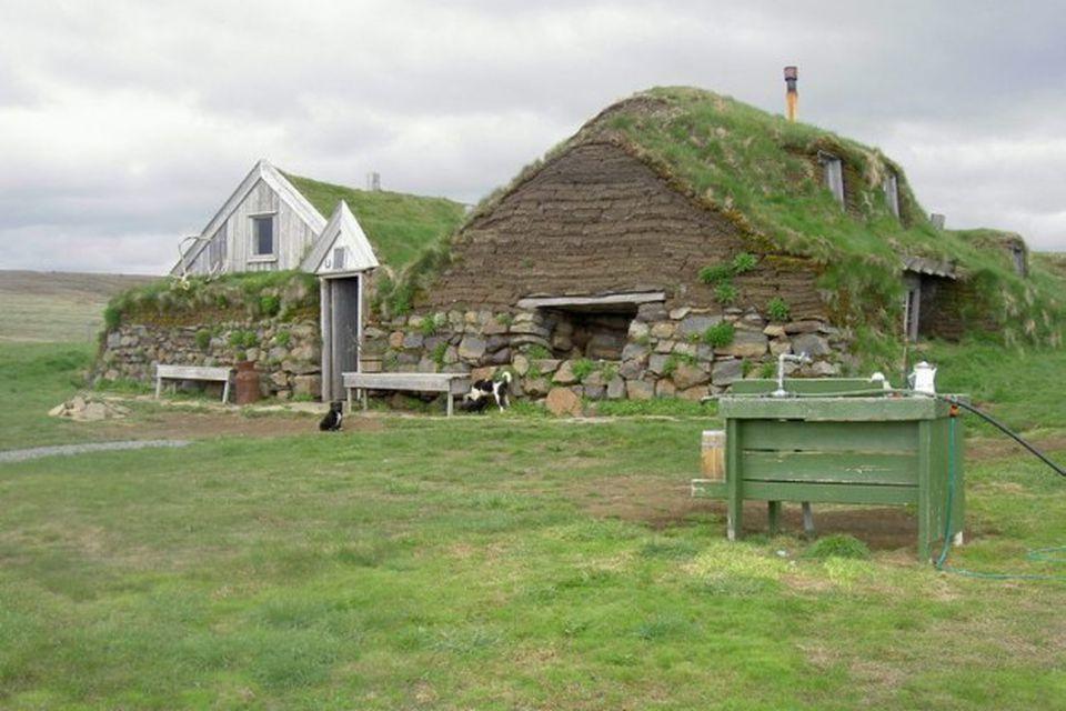 Er gamall torfbær á Jökuldalsheiði, þar sem er rekinn ferðaþjónusta að sumri. Þar drýpur saga …