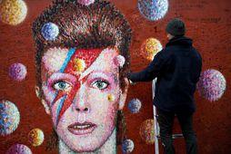 Götulistamaðurinn Jimmy C leggur lokahönd á veggmynd af Bowie í Brixton í Lundúnum.