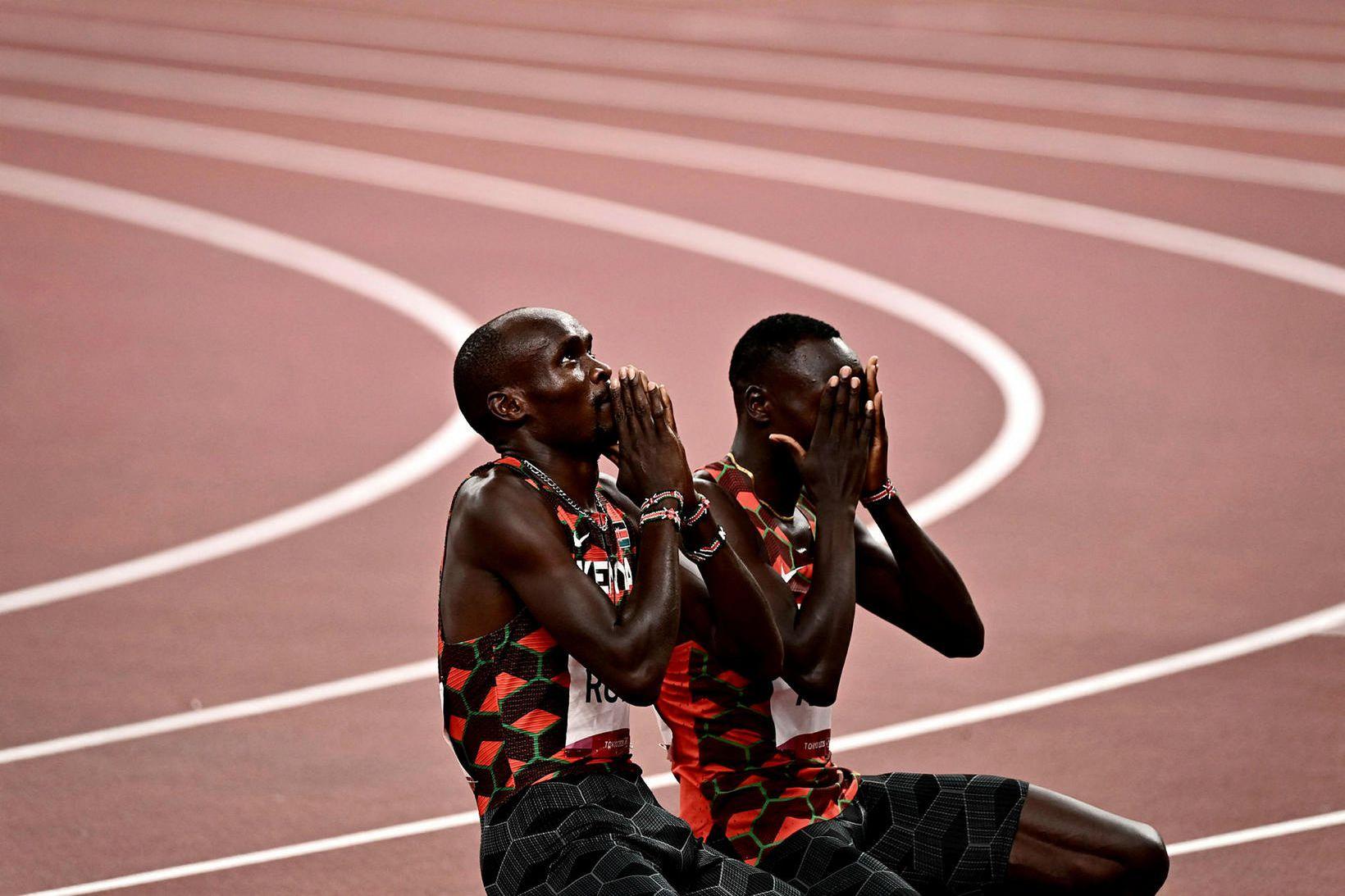 Emmanuel Korir og Ferguson Kotich fagna árangrinum í sameiningu.