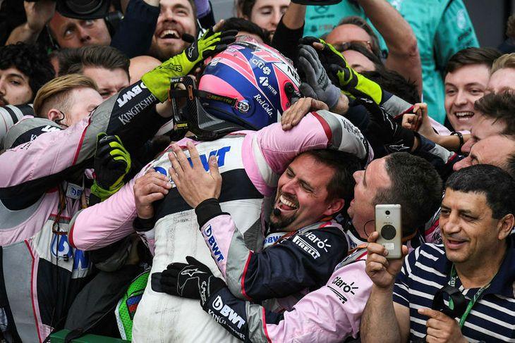 Liðsmenn Sergio Perez samfagna honum með þriðja sætið í Bakú.