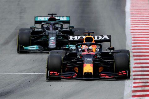 Max Verstappen er hér á undan Lewis Hamilton í rimmu þeirra í Barcelona.