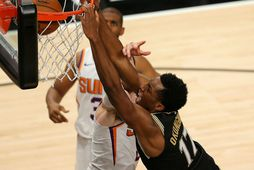 Onyeka Okongwu treður í körfuna hjá Phoenix Suns í Atlanta í nótt.