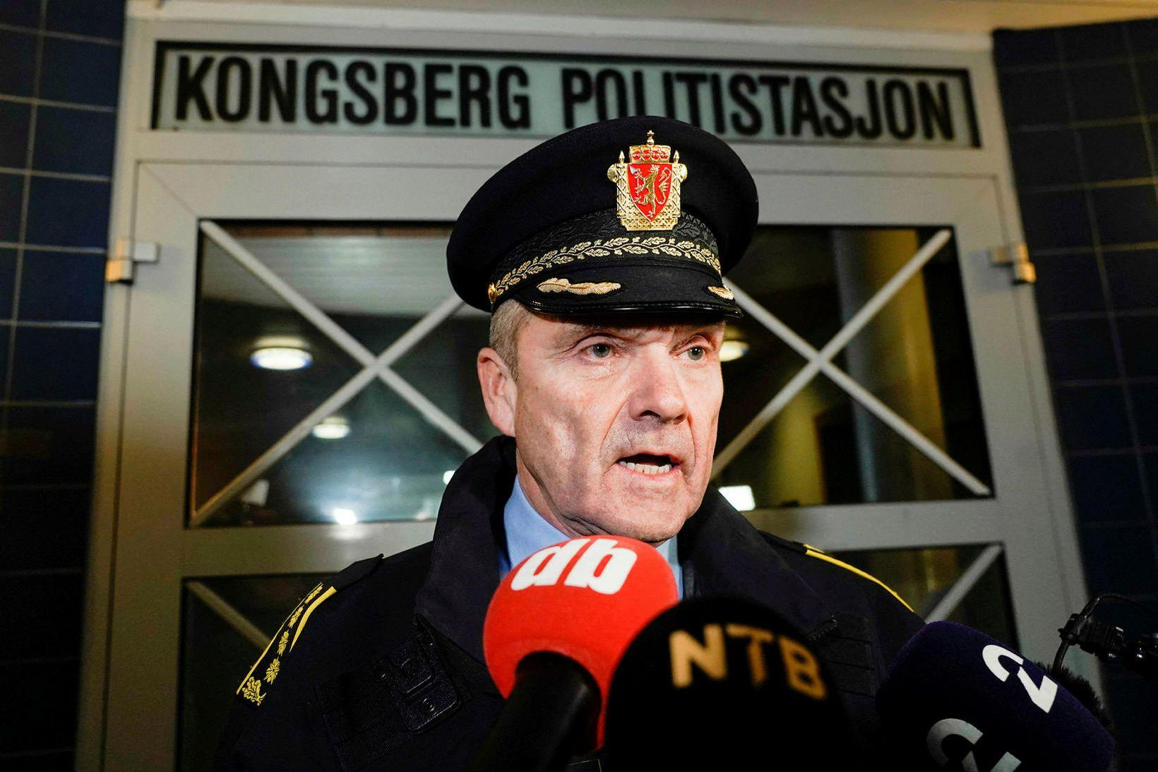 Øyvind Aas, aðstoðarlögreglustjóri suðausturumdæmisins, ræðir við fjölmiðla í gærkvöldi. Danskur …