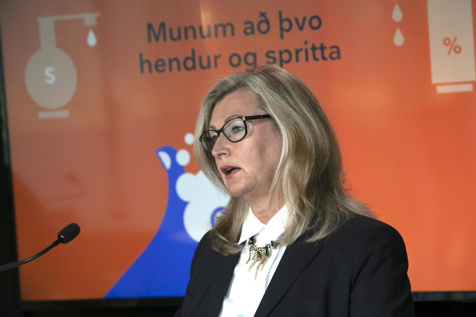Alma Möller á upplýsingafundi í dag.