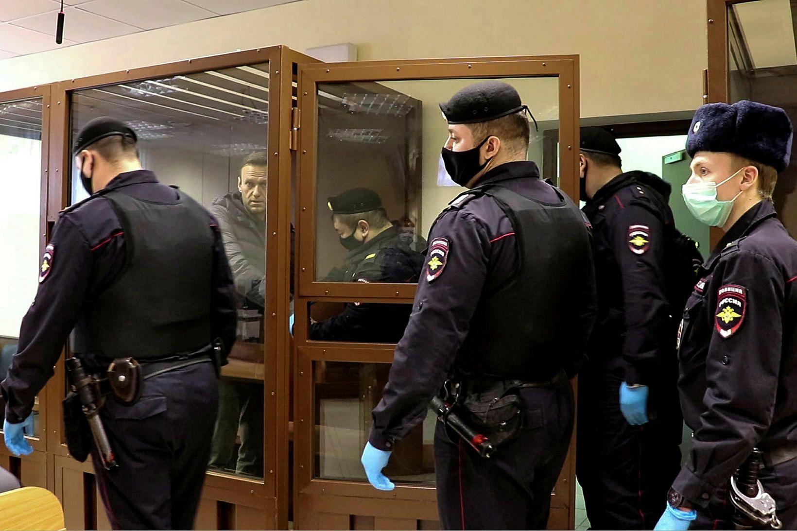 Alexei Navalní, umkringdur lögregluþjónum í Moskvu.