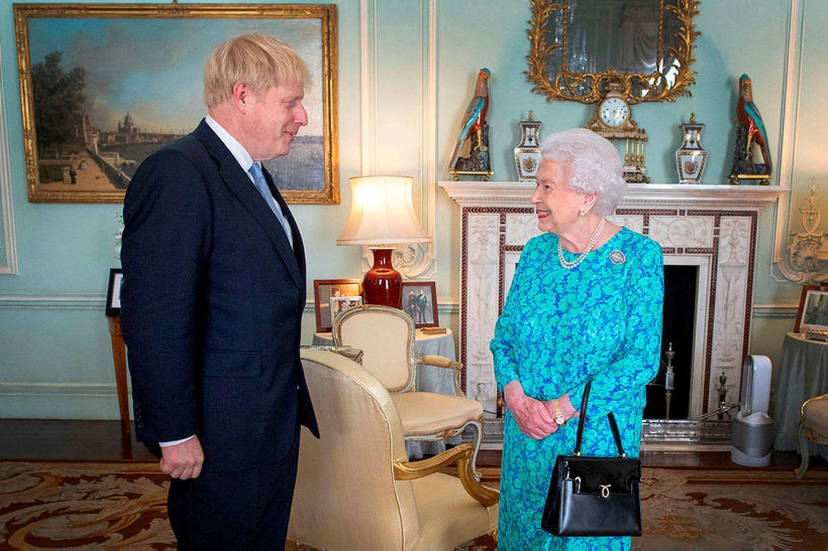 Boris Johnson, forsætisráðherra Bretlands, og Elizabeth II Bretadrottning í Buckinghamhöll.