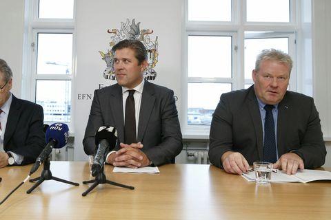 Governor of the Central Bank of Iceland Már Guðmundsson (left), Finance Minister Bjarni Benediktsson (centre) and PM Sigurður Ingi Jóhannsson (right) at yesterday's press conference.