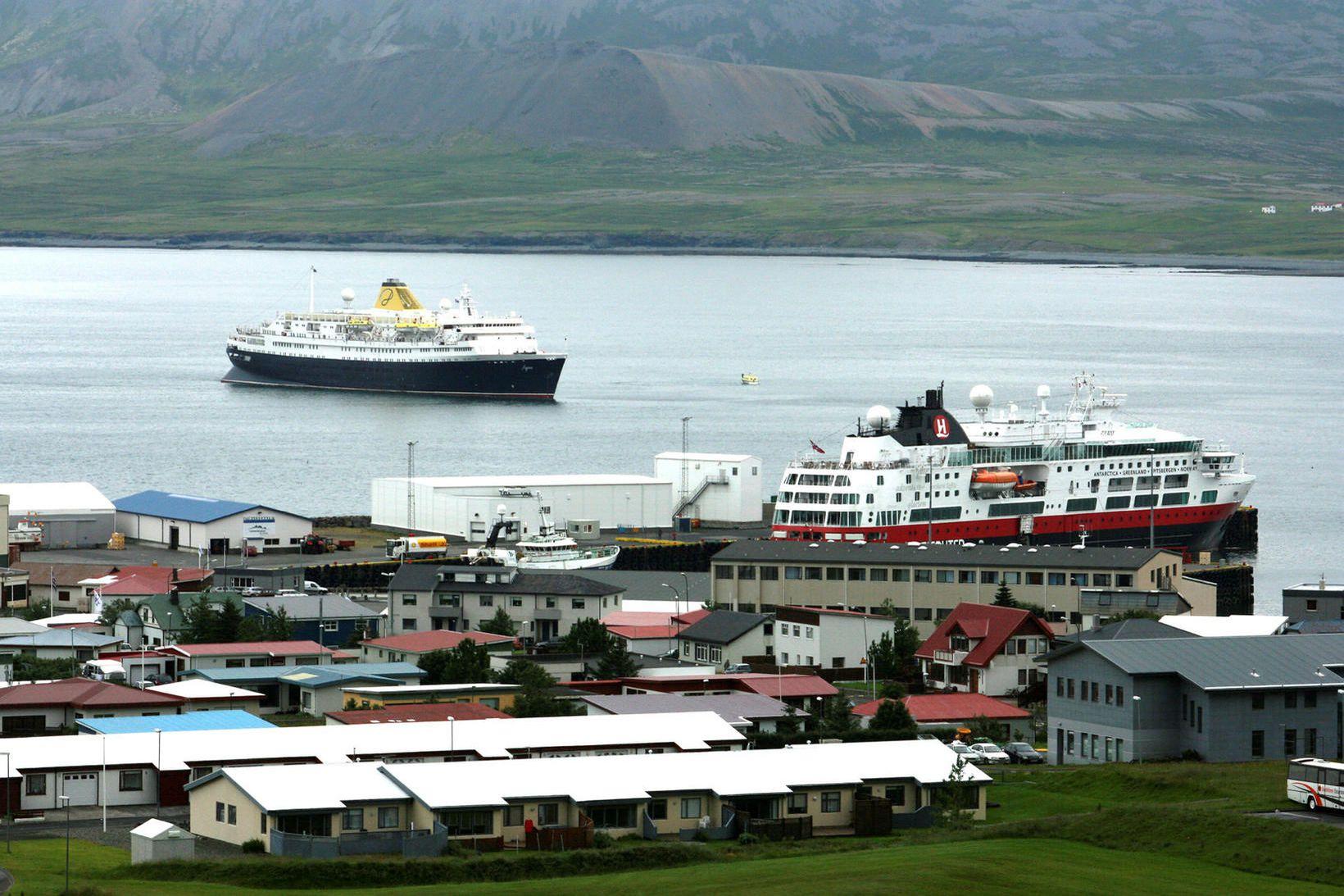 Skemmtiferðaskip í Grundarfirði.