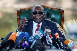Robert Mugabe ávarpar hér fjölmiðla er hann var enn forseti.