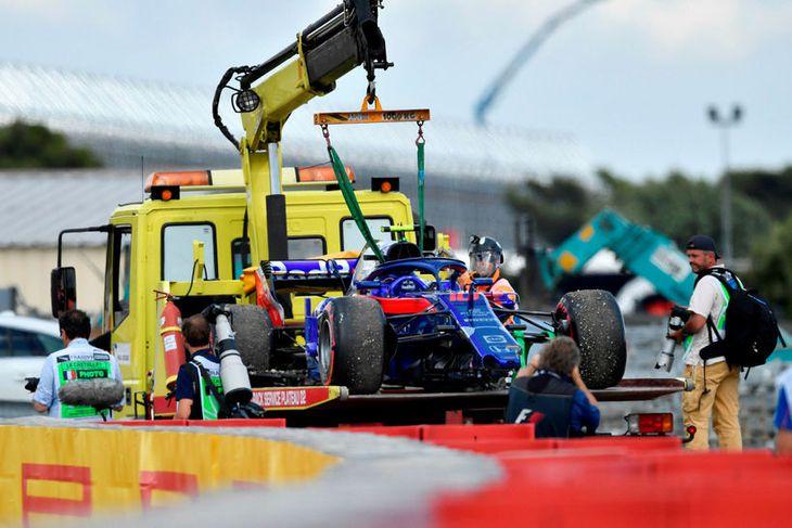Keppni Frakkans Pierre Gasly á Toro Rosso á heimavelli sínum lauk eftir nokkur hundruð metra.