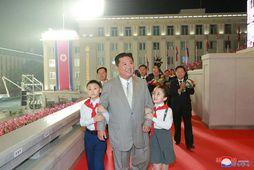 Kim Jong Un við skrúðgönguna.